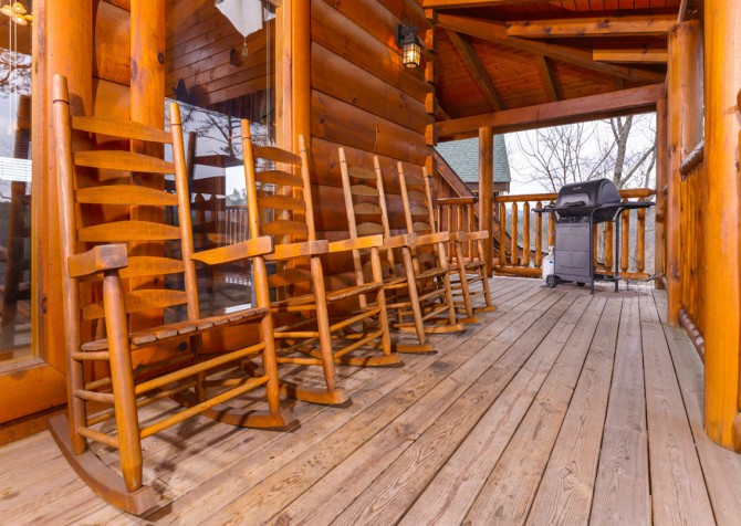 Pigeon Forge - A Wolf's Den - Deck and Grill