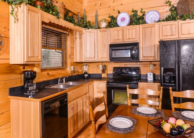 Pigeon Forge - A Wolf's Den - Kitchen