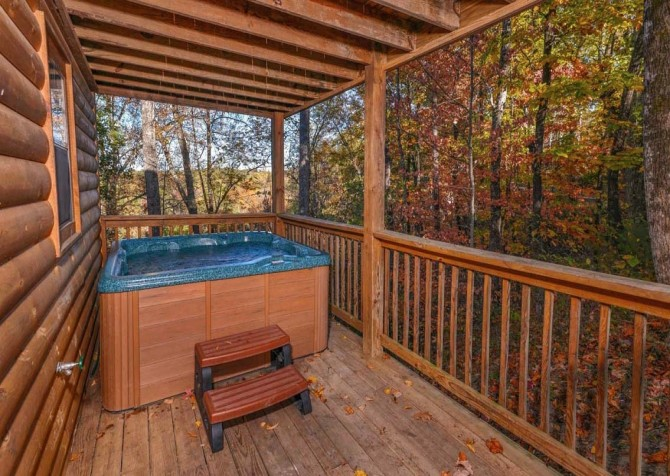 pigeon forge - little bear cabin - hot tub