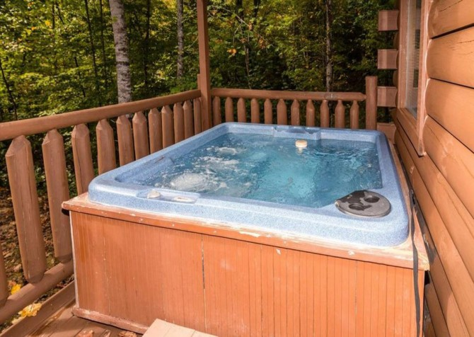 Pigeon Forge - Bear Hiney Hideaway - Hot Tub