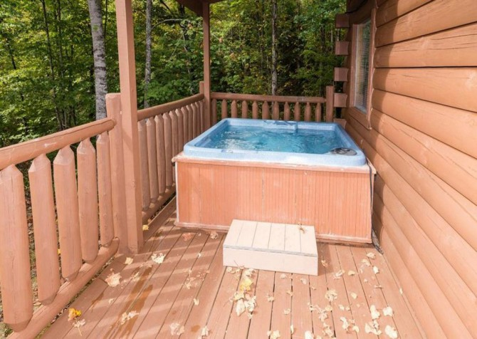 Pigeon Forge - Bear Hiney Hideaway - Hot Tub on Deck