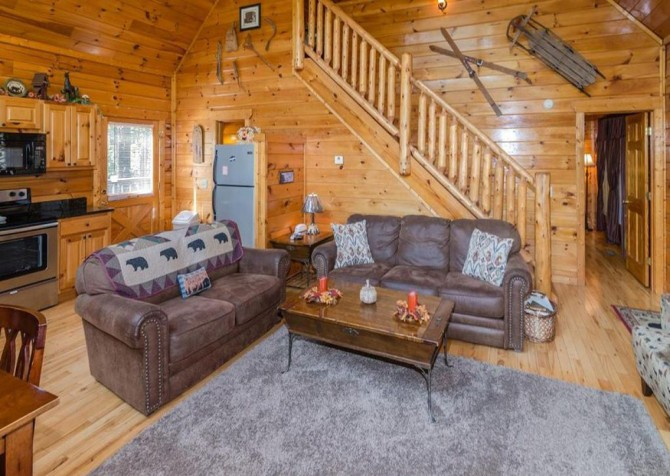Pigeon Forge - Bear Hiney Hideaway - Living Room Seating