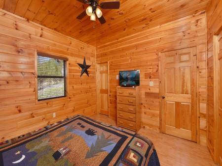 Gatlinburg Cabins - Bearfoot Landing - Bedroom