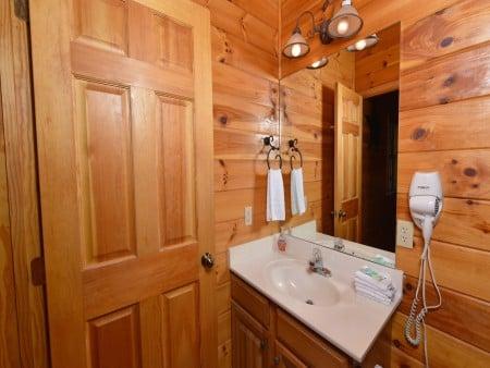 Gatlinburg Cabins - Bearfoot Landing - Bathroom