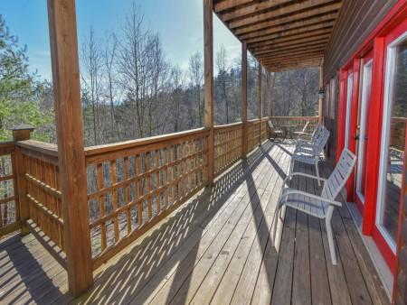 Gatlinburg Cabins - Bearfoot Landing - Covered Deck