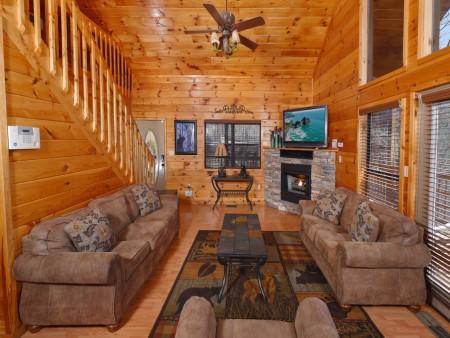 Gatlinburg Cabins - Bearfoot Landing - Living Room