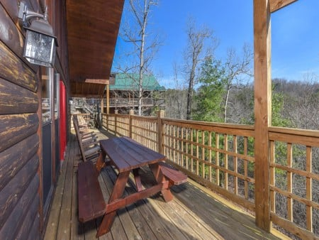 Gatlinburg Cabins - Bearfoot Landing - Picnic Table