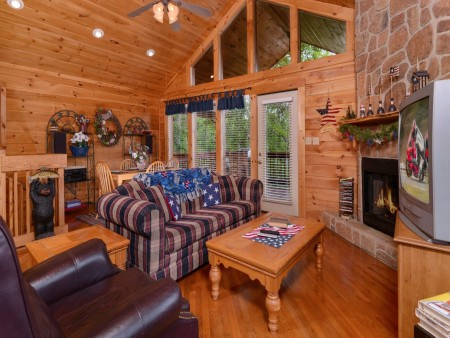 Pigeon Forge Cabin- American Pride – Living Room