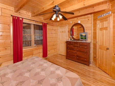Pigeon Forge Cabin- American Bear Cabin – Bedroom 1