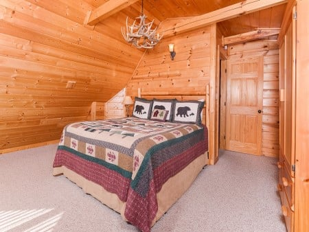 pigeon forge cabin – cozy cabin– bedroom