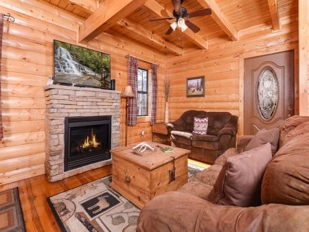 pigeon forge cabin – cozy – living