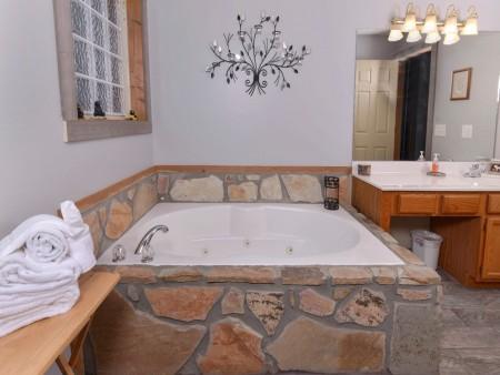 Gatlinburg Cabin - Honey Bear Heaven - Bathroom