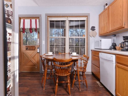 Gatlinburg Cabin - Honey Bear Heaven - Dining Room Kitchen
