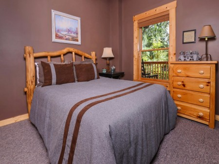 Gatlinburg Cabin- Mountain View Lodge – Bedroom