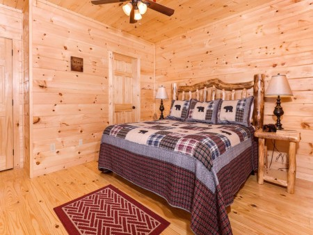 Pigeon Forge Cabin - Beaver's Mountaintop Retreat - Bedroom