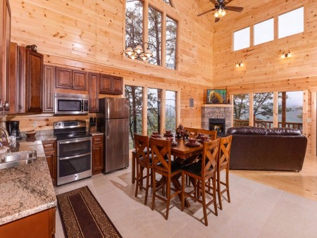 Pigeon Forge Cabin - Beaver's Mountaintop Retreat - Dining Room Kitchen
