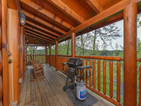 Pigeon Forge Cabin - A Wolf's Den - Covered Deck/Grill