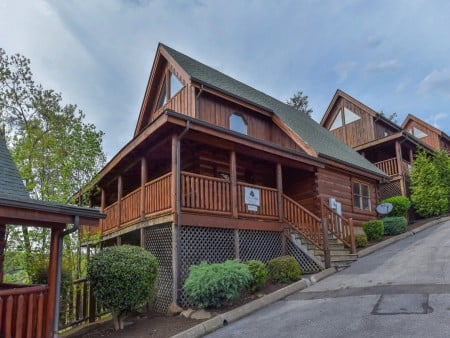 Pigeon Forge Cabin - A Wolf's Den - Exterior