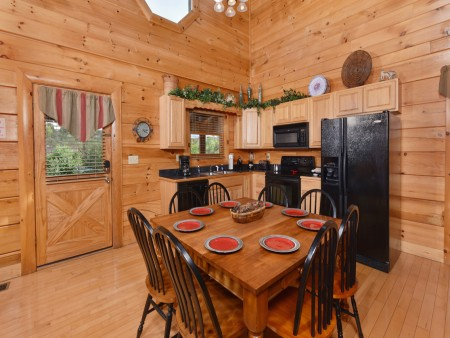 Pigeon Forge Cabin - A Wolf's Den - Dining Room