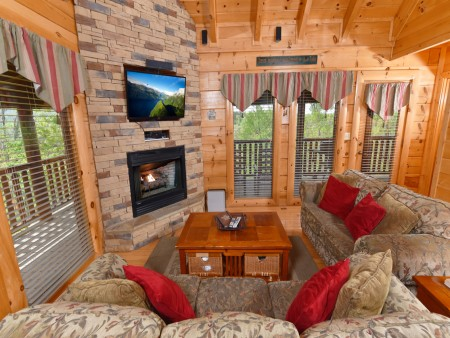 Pigeon Forge Cabin - A Wolf's Den - Living Room