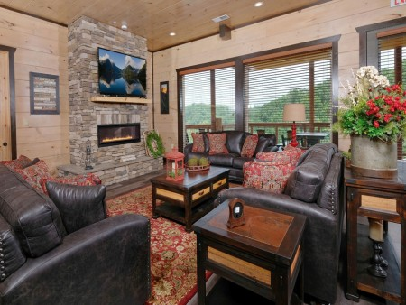 Pigeon Forge Cabin - Big Forest Retreat - Living Room