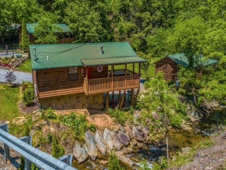 pigeon forge cabin – comforts me – exterior