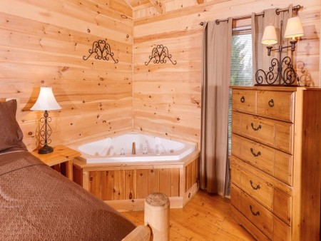 pigeon forge cabin – good times – bedroom