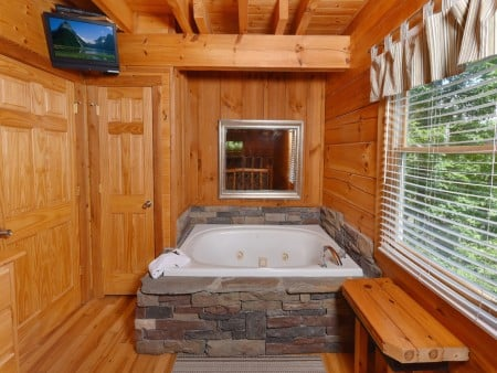 Pigeon Forge Cabin - Hiker's Hideaway - Indoor Jetted Tub