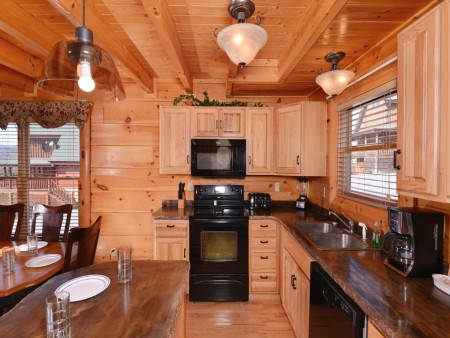 Pigeon Forge Cabin - It's A Wonderful Life - Kitchen