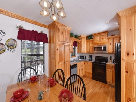Pigeon Forge Cabin - River Retreat - Dining Room/Kitchen