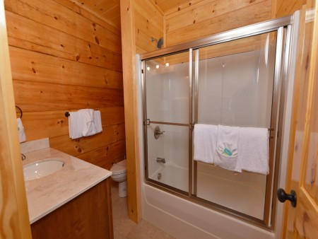 Pigeon Forge Cabin - Splash N' More - Bathroom