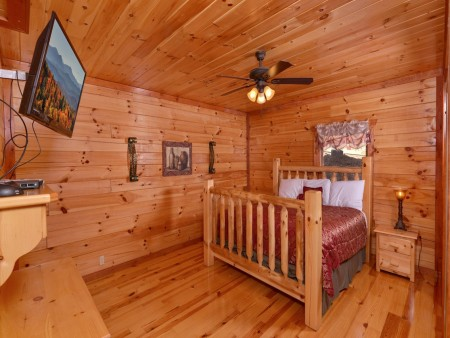 Pigeon Forge Cabin- Jennie's Cove - Bedroom