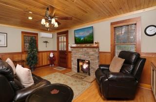 Gatlinburg  - Karen's Cozy Cottage - Living Room
