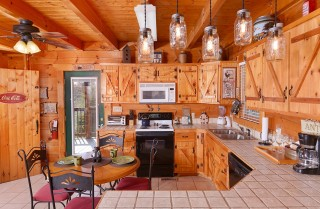 Pigeon Forge Cabin - Bear In Love - Kitchen