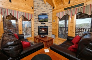 Pigeon Forge - A Wolf's Den - Living Room