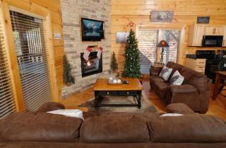 Pigeon Forge Cabin - Bear Maximum - Living Room