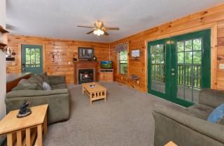 Pigeon Forge Cabin - Lorin Aleah - Living Room